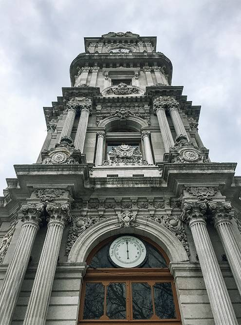 Часы башни изготовил известный французский часовой дом Жан-Поля Гарнье