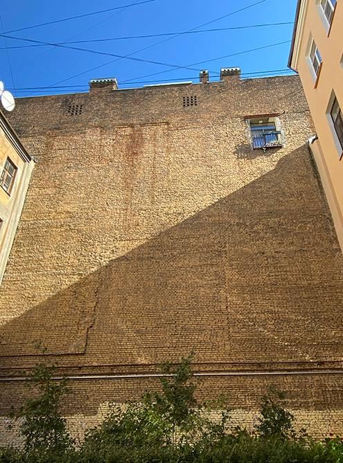 Брандмауэр — это высокая стена