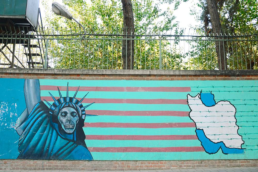 Граффити на заборе американского посольства в Тегеране. Во время Исламской революции в посольстве были захвачены 66 заложников. Их хотели обменять на шаха, который лечился в США в это время. Людей держали 444дня, потом шах умер в Америке и всех отпустили. С техпор в Иране нет американского посольства. Фото: Shutterstock