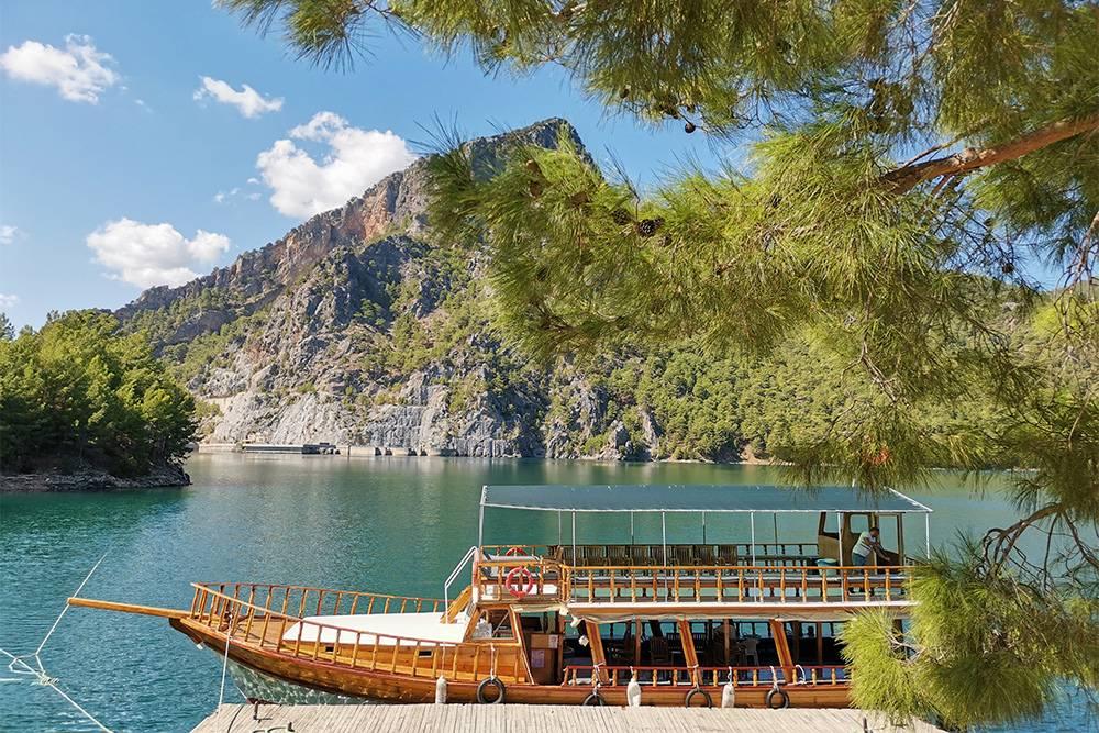 Здесь купаются туристы и останавливаются туристические кораблики