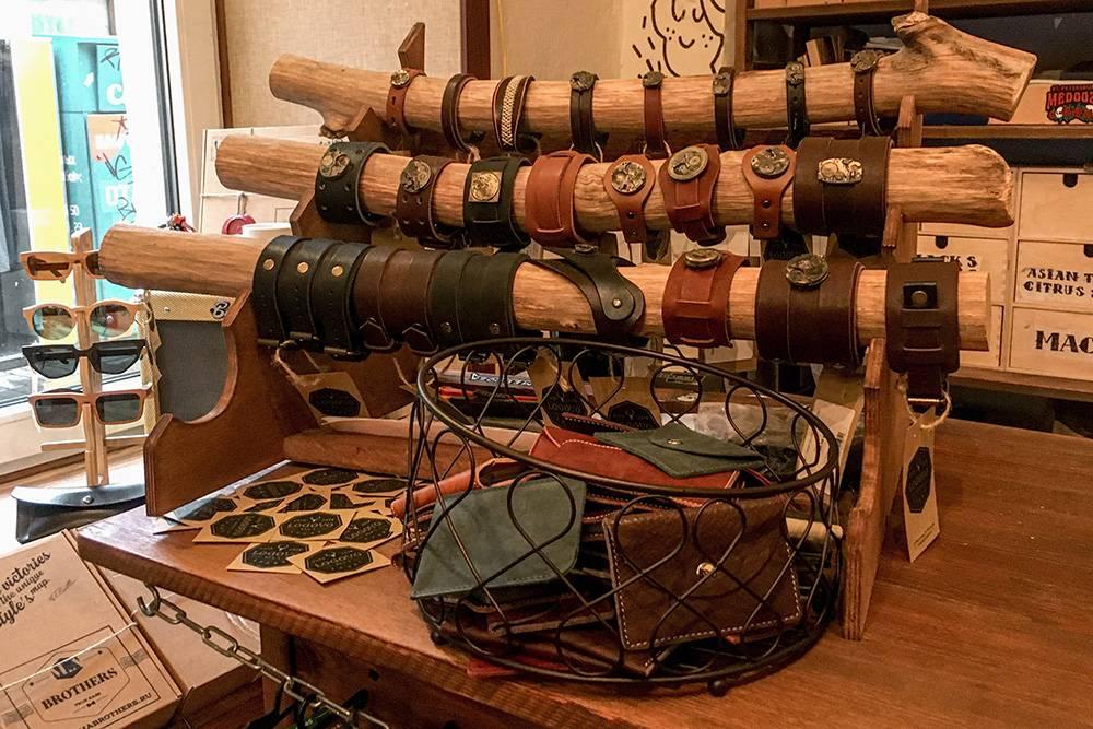 На кассе выставлены кожаные браслеты в стиле стимпанк. Они стоят от 690 до 2590<span class=ruble>Р</span>
