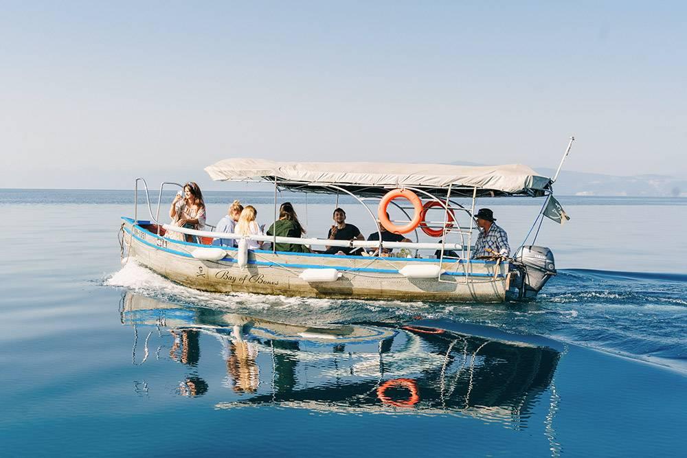 Мы с друзьями присоединились к другой группе ребят, которые арендовали лодку. Не знаем, сколько они за нее заплатили, но каждый из нас отдал им всего по 300&nbsp;MKD (430<span class=ruble>Р</span>)