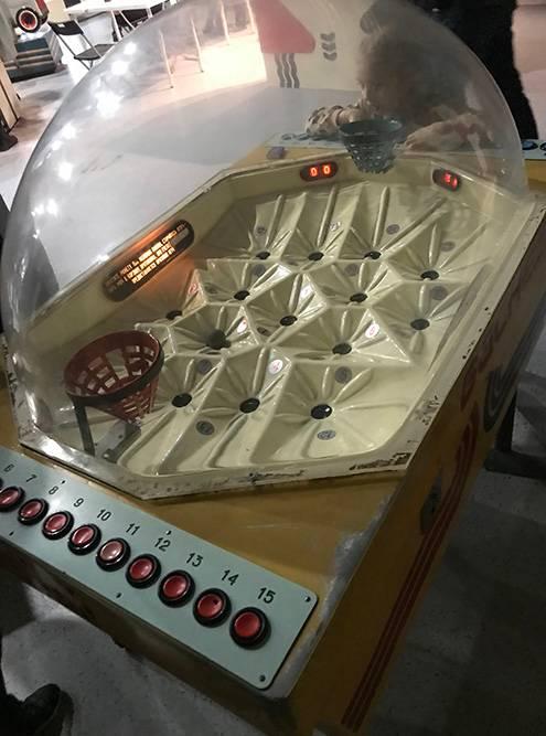 Автомат дляигры в баскетбол. Шарик забрасывается в корзину воздушным потоком. Это единственный автомат, на котором получилось качественно поиграть
