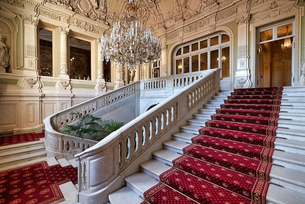 Гостей встречает парадная лестница. Уже по ней видно, какими роскошными окажутся интерьеры дворца. Источник: marcobrivio.photo / Shutterstock