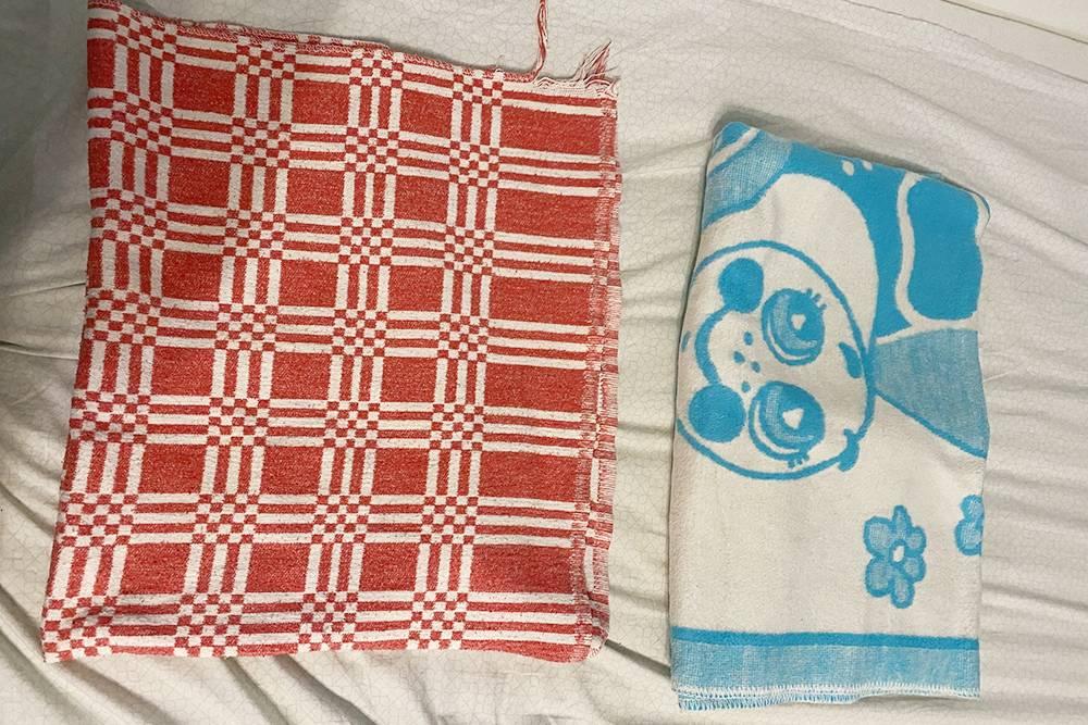 Справа — голубое одеяло из бокса, а слева — наше фамильное, которым укрывали еще мою маму, а затем меня и брата: оно гораздо мягче и приятнее к телу