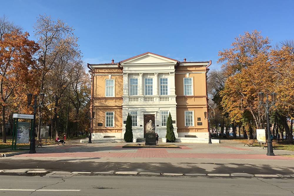 Главный корпус музея Радищева — историческое здание. Оно было построено в 19 веке специально длямузея