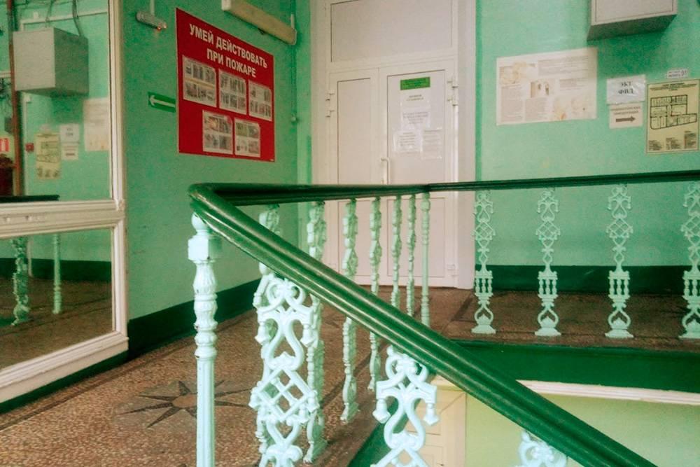 Эту красивую лестницу в больнице я бы мыла, устроившись уборщицей по направлению от ЦЗН