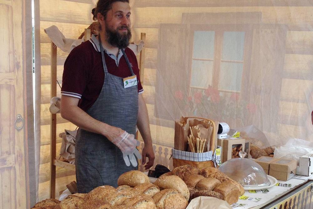 Пекарь предлагает несколько сортов хлеба