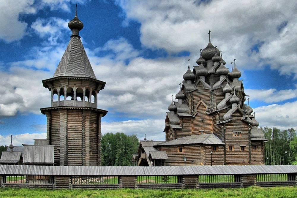 Когда я была на похожей экскурсии, гид рассказывал, что эту церковь в Богословке часто ставили в туристические буклеты и подписывали «Кижи». Источник: «Ленинградская симфония»
