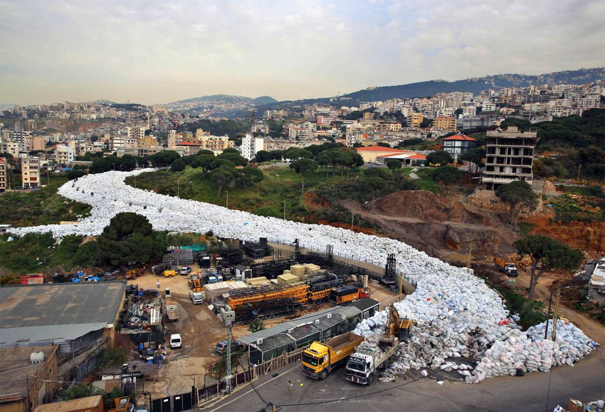 Белое — это мешки с мусором в восточном районе Бейрута. Источник: share.america.gov