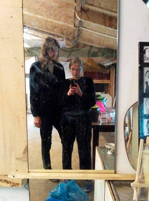 В зеркале нашей комнаты перед отъездом. Протереть его мы забыли