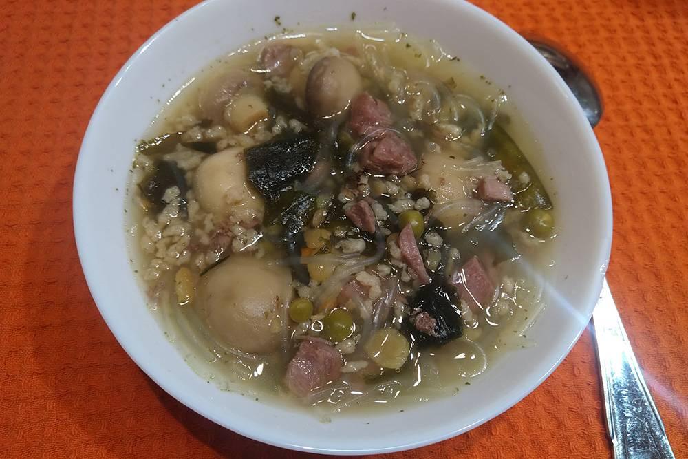 Вы даже не представляете, каким вкусным может быть суп на мясном бульоне с консервированными шампиньонами, зеленым горошком, рисовой лапшой, сушеными водорослями, давленым горохом и соевым фаршем
