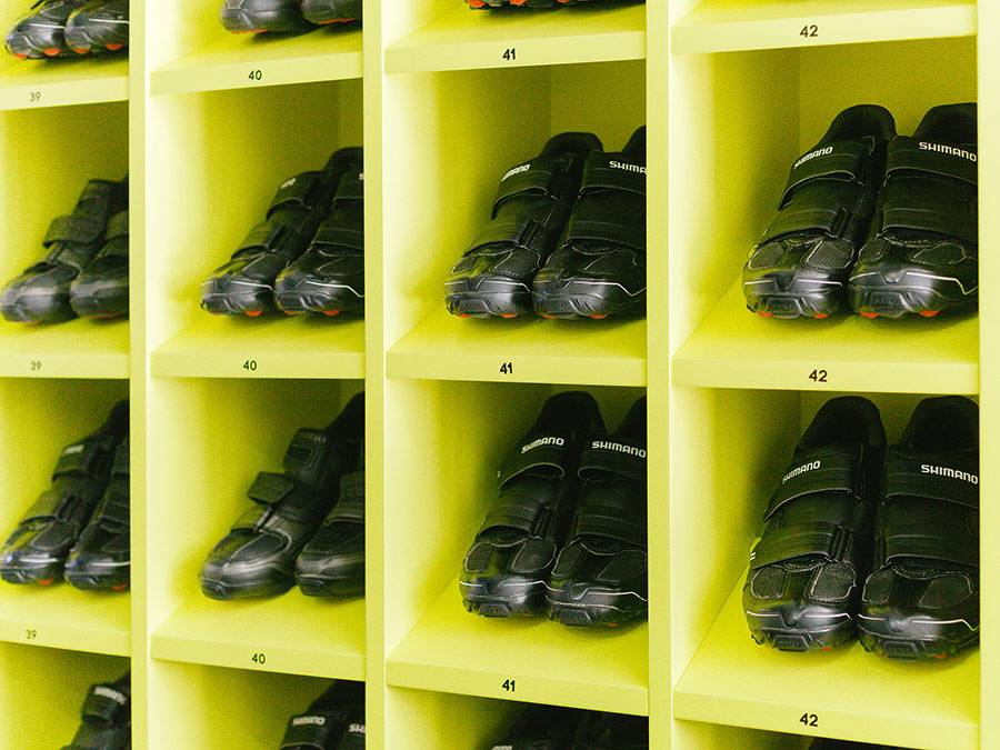 В специальной обуви пристегиваешься к контактным педалям и лучше прорабатываешь мышцы ног