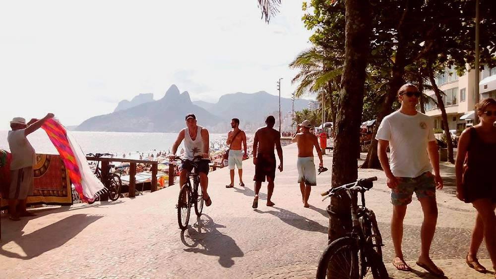Вдоль пляжа Ипанема тянется широкий прогулочный бульвар — там приятно прокатиться навелосипеде ипросто пройтись
