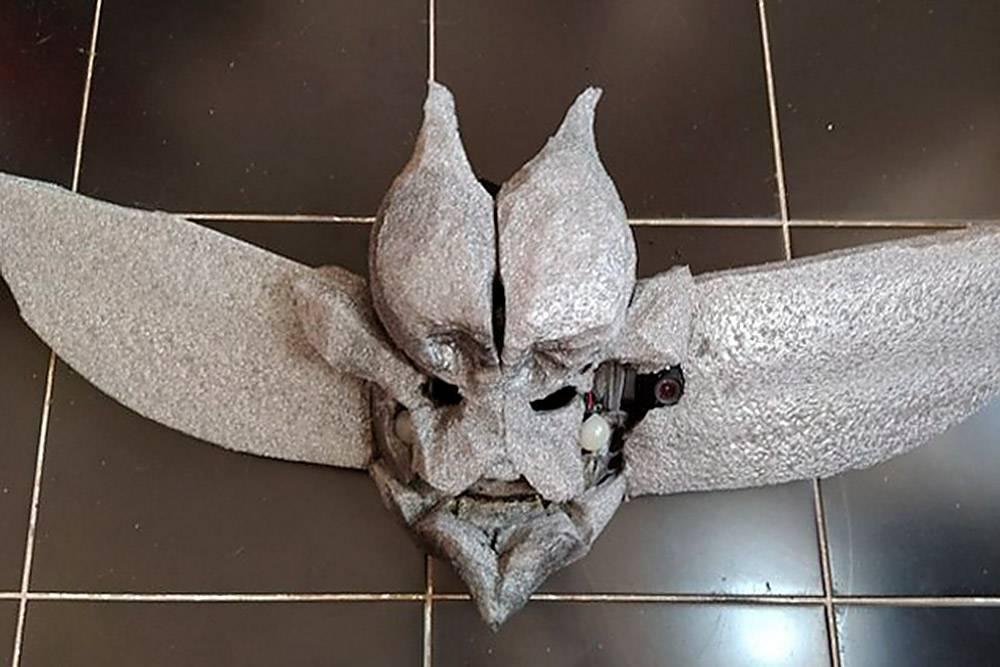 Это маска катакана в процессе изготовления. Заготовку длядекорирования я обклеила бязью и хлопчатобумажной тканью, сверху наложила изолон, который уже начала формовать строительным феном. Во «Вконтакте» у меня есть гайд с подробной инструкцией изготовления маски