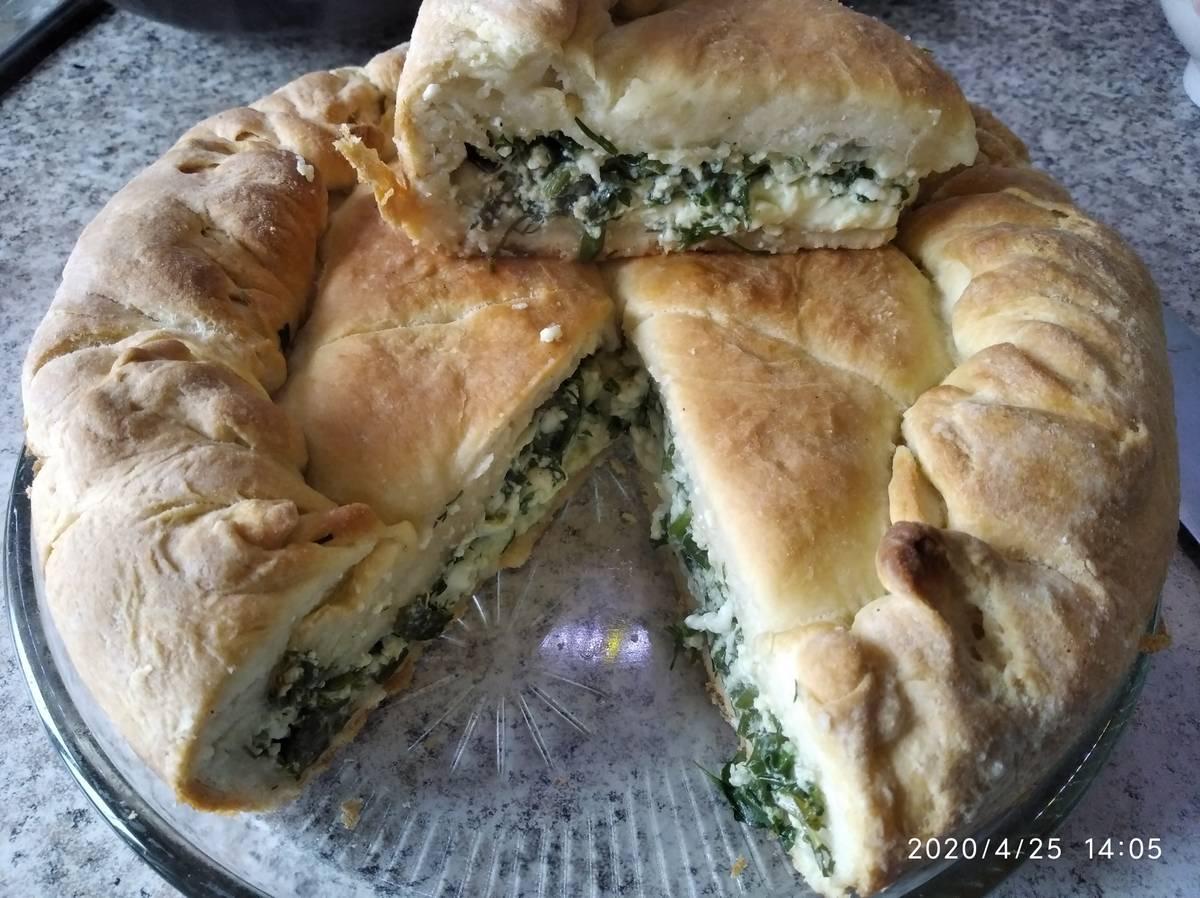 На фото пирог с яйцом и зеленью (листья одуванчиков, крапива) – альтернатива пирогу с капустой