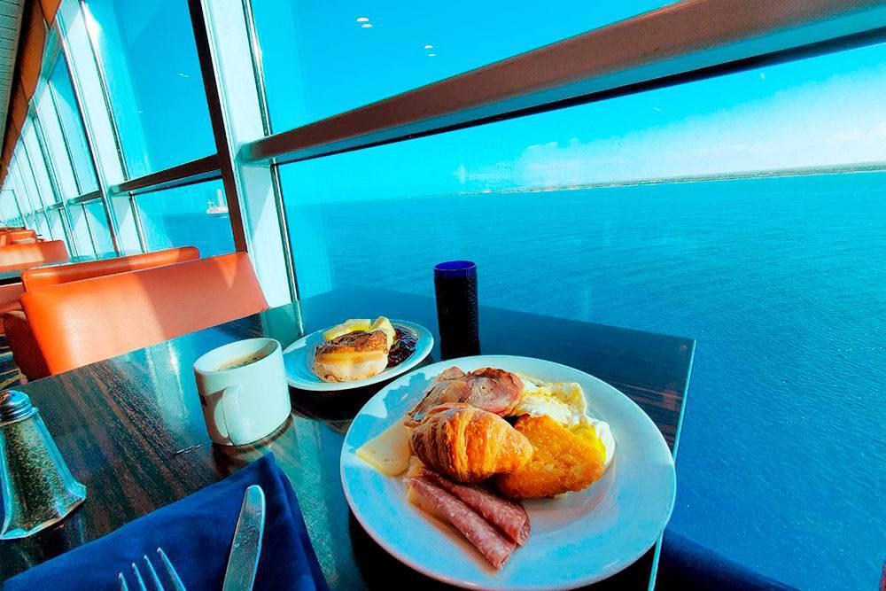 Так выглядел завтрак. Интересный факт: всю еду, которую не успели съесть, измельчают и отправляют в океан на корм рыбам