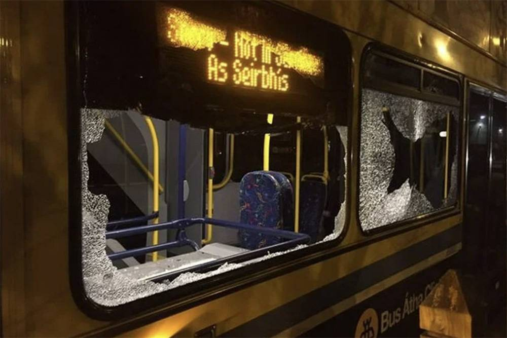 Подростки могут закидать автобус камнями. Источник: Dublinlive.ie