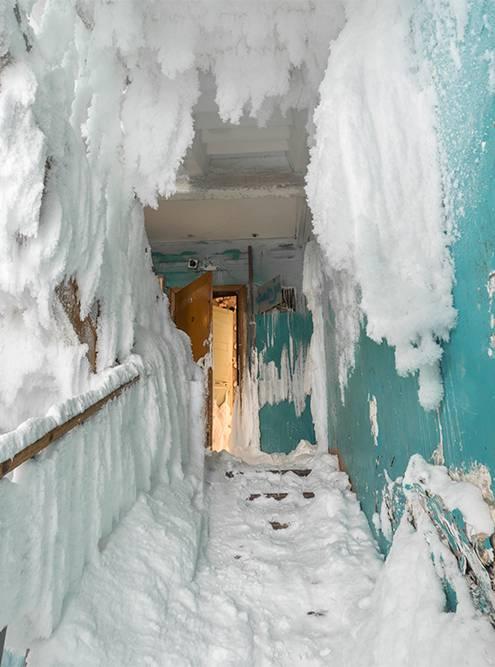Подъезд превратился в ледяную пещеру