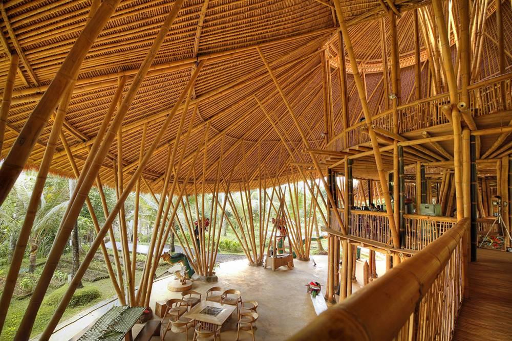 Здание полностью построено из бамбука и тростника. Источник: Green School