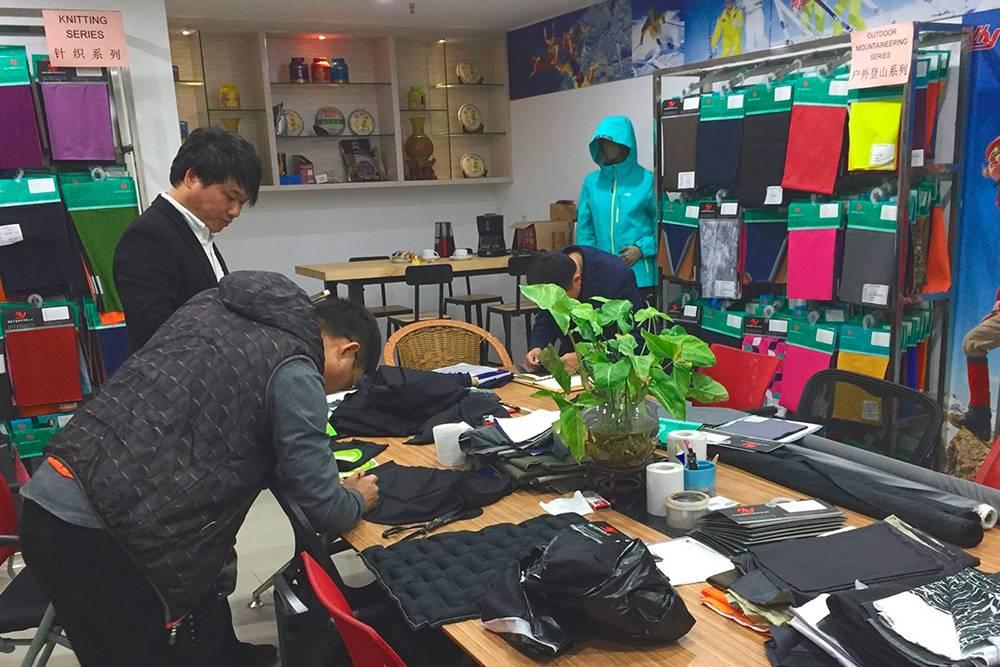 Так выглядит типичный шоурум китайской фабрики с образцами ткани