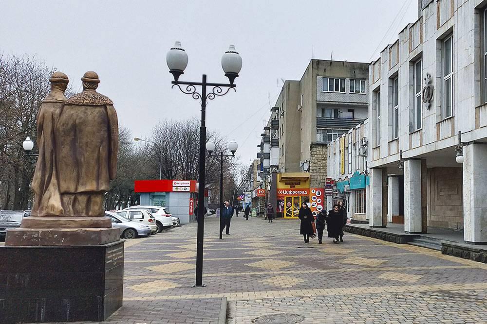 Улицы города. Справа — загс, а за ним — жилые дома