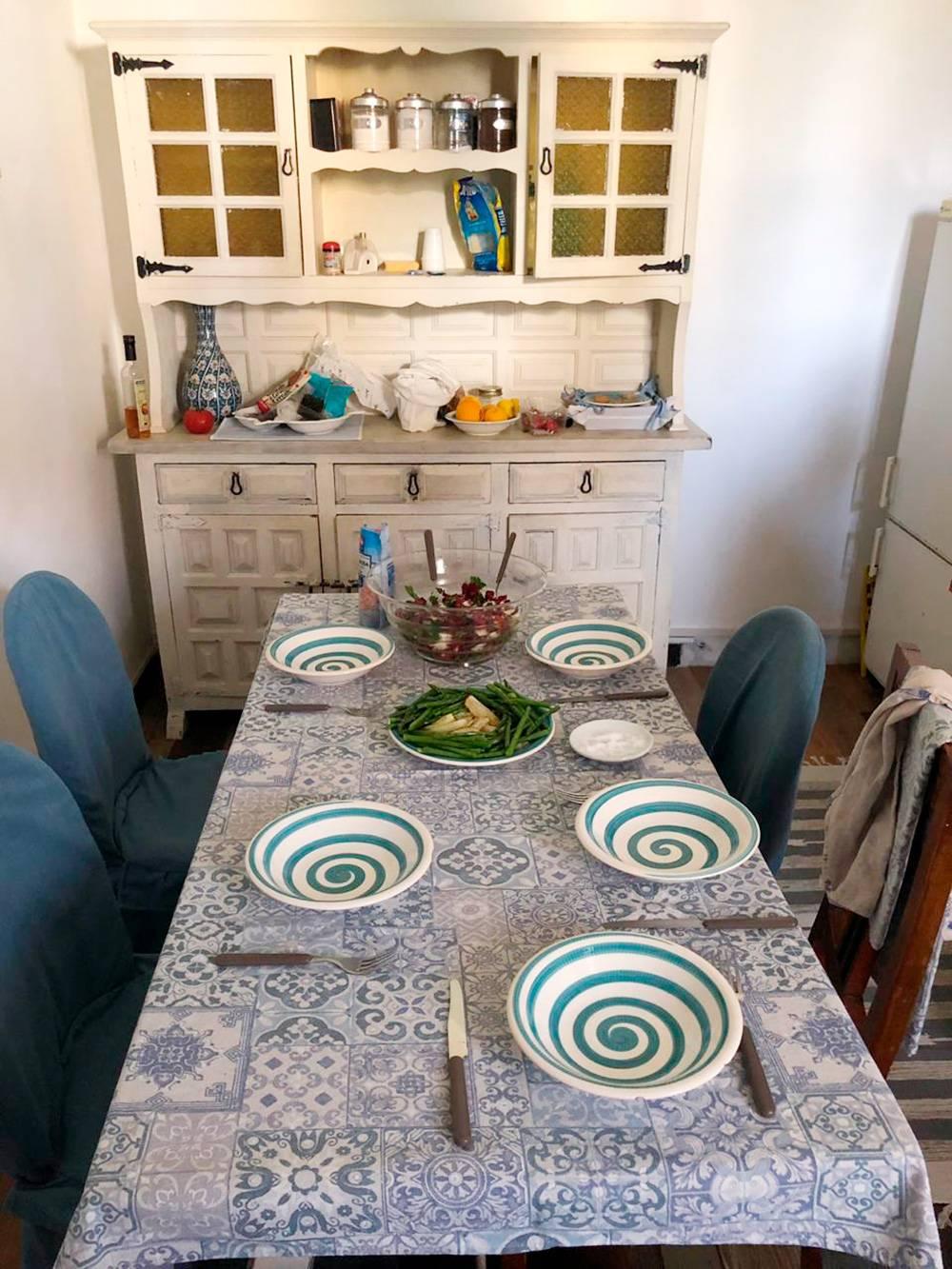 Уютная кухня в бело-голубых тонах с антикварным буфетом