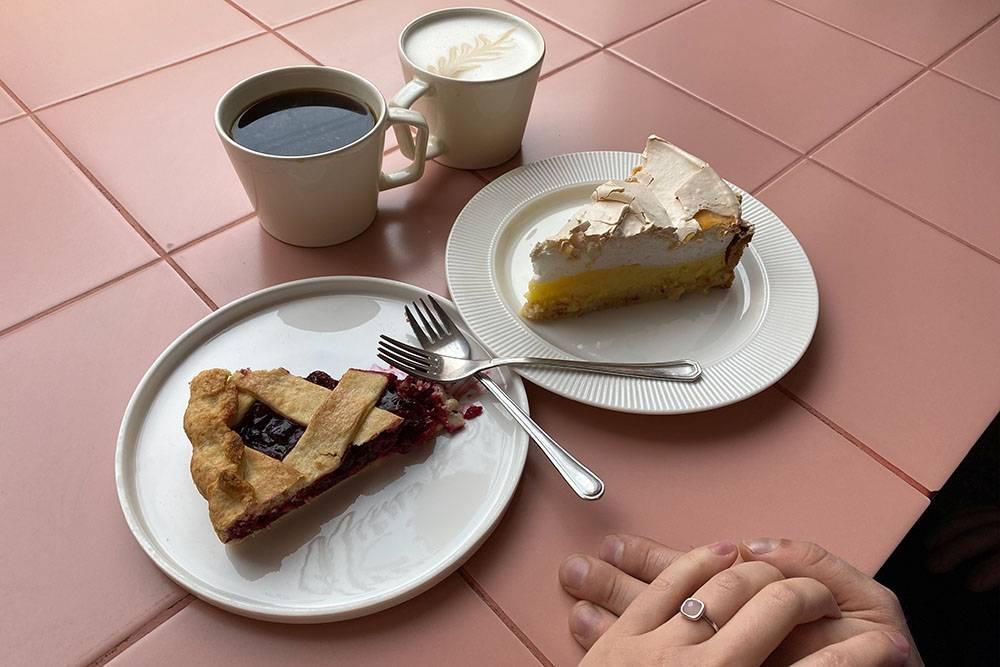 Мы с молодым человеком зашли в кафе после прогулки по городу, чтобы выпить кофе и съесть десерт