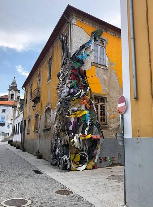 Кролик, сделанный из мусора, в Вила-Нова-ди-Гая