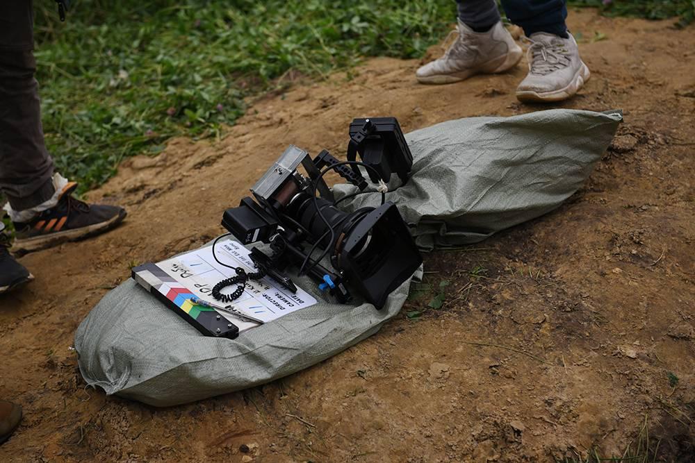 Подготовка к съемкам. Когда готовили локацию, места дляхранения техники не нашлось, поэтому, чтобы защитить камеру от грязи, мы ставили ее на мешки