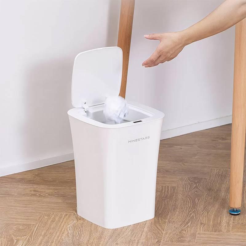 Умное ведро открывает крышку, когда к нему подносят мусор. Стоит от 2100<span class=ruble>Р</span>. Источник:&nbsp;market.yandex.ru