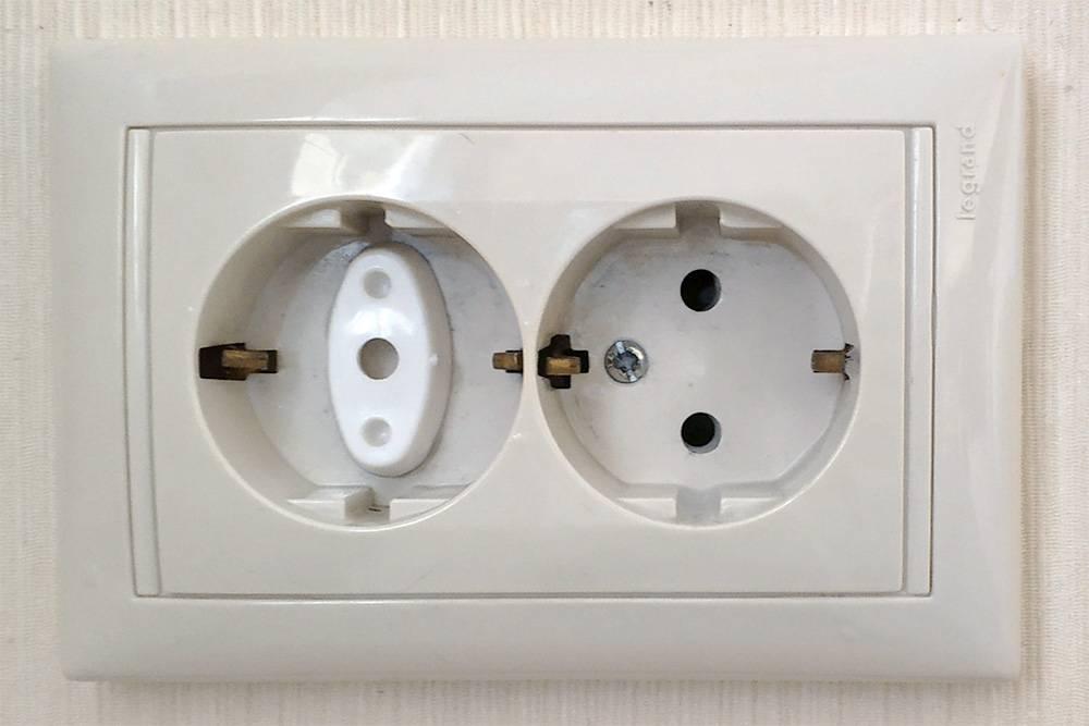 Заглушка вставляется в розетку, вынуть ее можно только специальным ключом