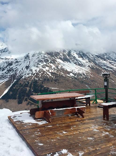 Кафе с видом на горы в Чегете