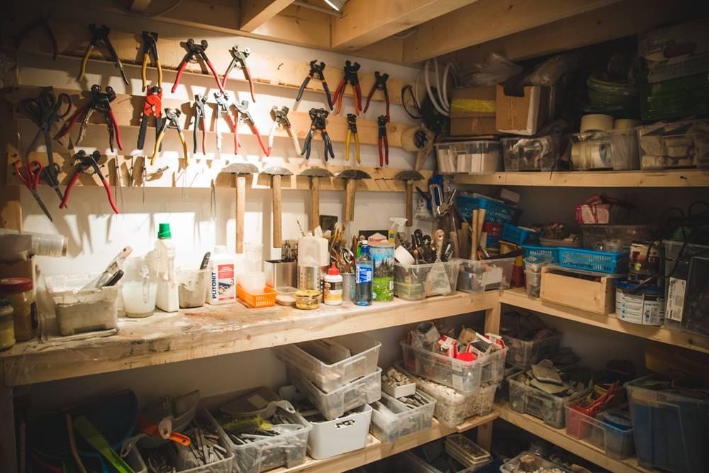 Инструментов много, поэтому дляних сделали склад