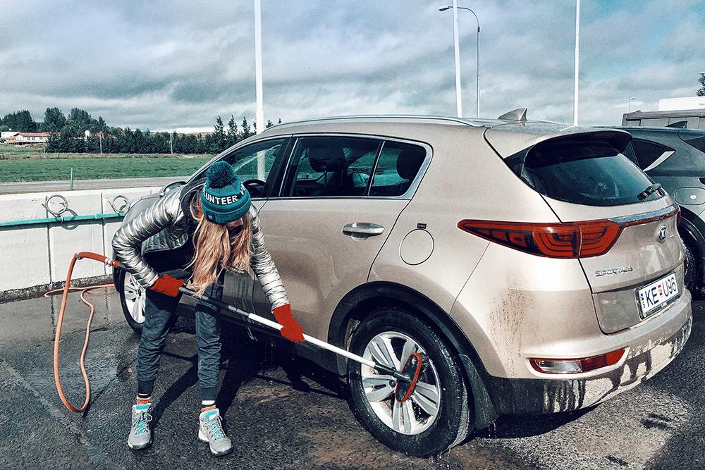 Некоторые конторы допускают возврат грязной машины безштрафа, но в Исландии всегда можно помыть авто самостоятельно: многие АЗС оборудованы щетками и пылесосами. Мы воспользовались этой возможностью несколько раз за поездку
