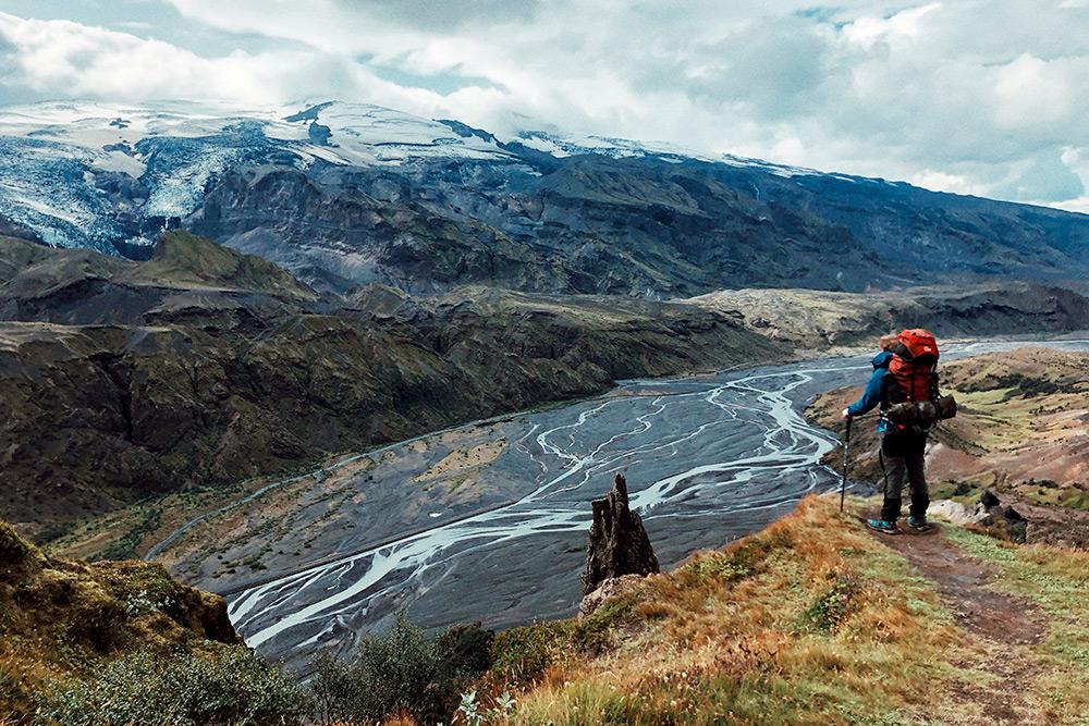 На фото ирландец Пол, который несколько месяцев путешествовал по Исландии автостопом и тоже решил сделать марш-бросок через горы. Его снаряжение весит больше 20 килограммов