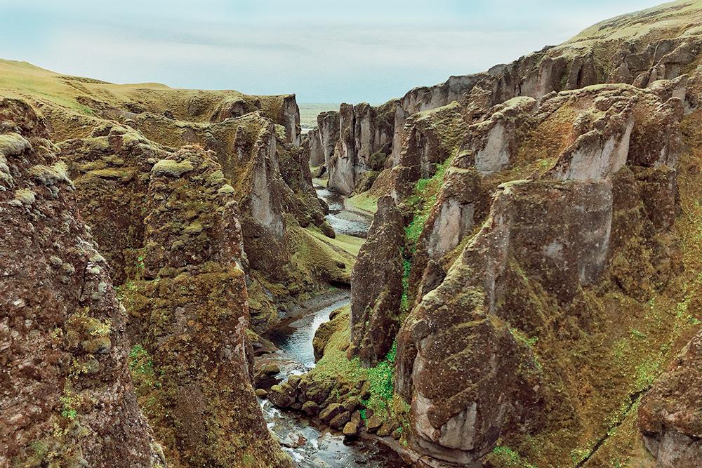 Фанатам «Игры престолов» должно быть знакомо это место. Это каньон Фьядрарглуфюр