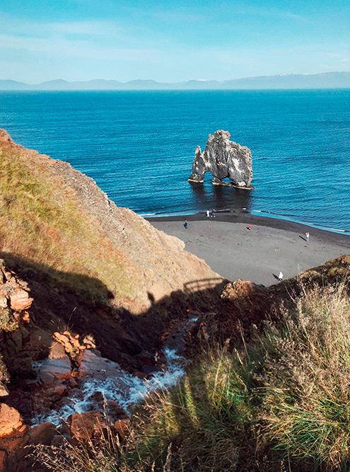 В очертаниях базальтовой скалы Hvítserkur (Хвитсеркюр) путешественники угадывают силуэт динозавра, носорога и даже слона. Мне показалось, что он похож на кошку породы сфинкс, которая пьет измиски