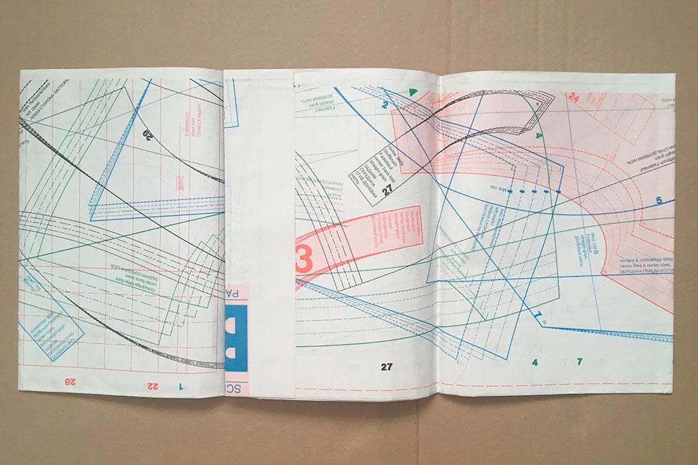 Блок с выкройками нужно вырвать из центра журнала, затем найти нужные детали и снять копию с помощью кальки