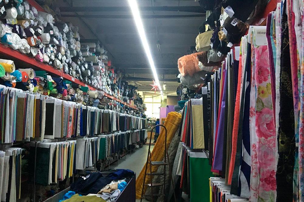 Ткани встоках сгруппированы поматериалам: хлопок, лен, костюмные, пальтовые ткани и т.д. Внижнем ряду собраны образцы ткани, которая есть вналичии