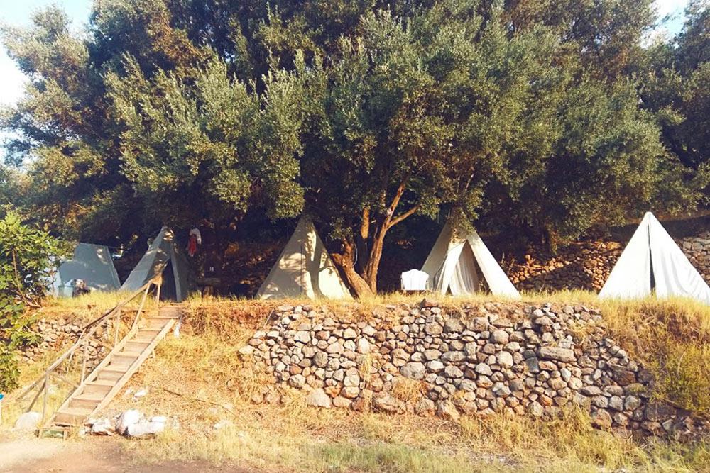 В кемпинге были еще бунгало и палатки дляаренды. Но там нам не досталось мест