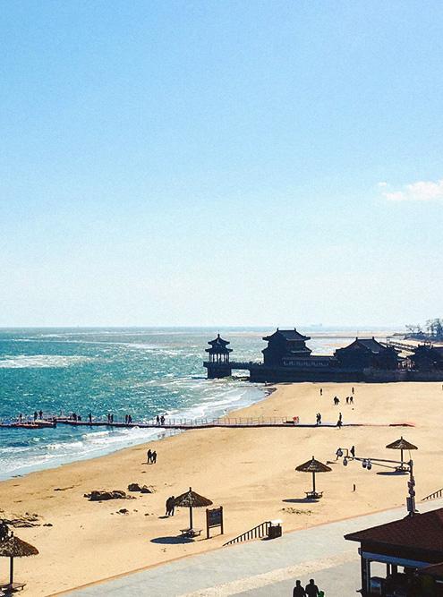 Летом на пляже рядом со стеной можно купаться