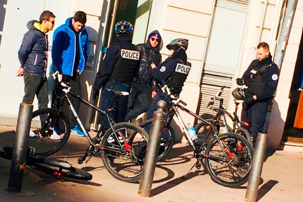 Нередко приходится видеть, как местные полицейские останавливают кого-то длядосмотра. Полицейские в Марселе очень спортивные и выглядят отлично. С ними, кстати, тоже всегда можно поболтать