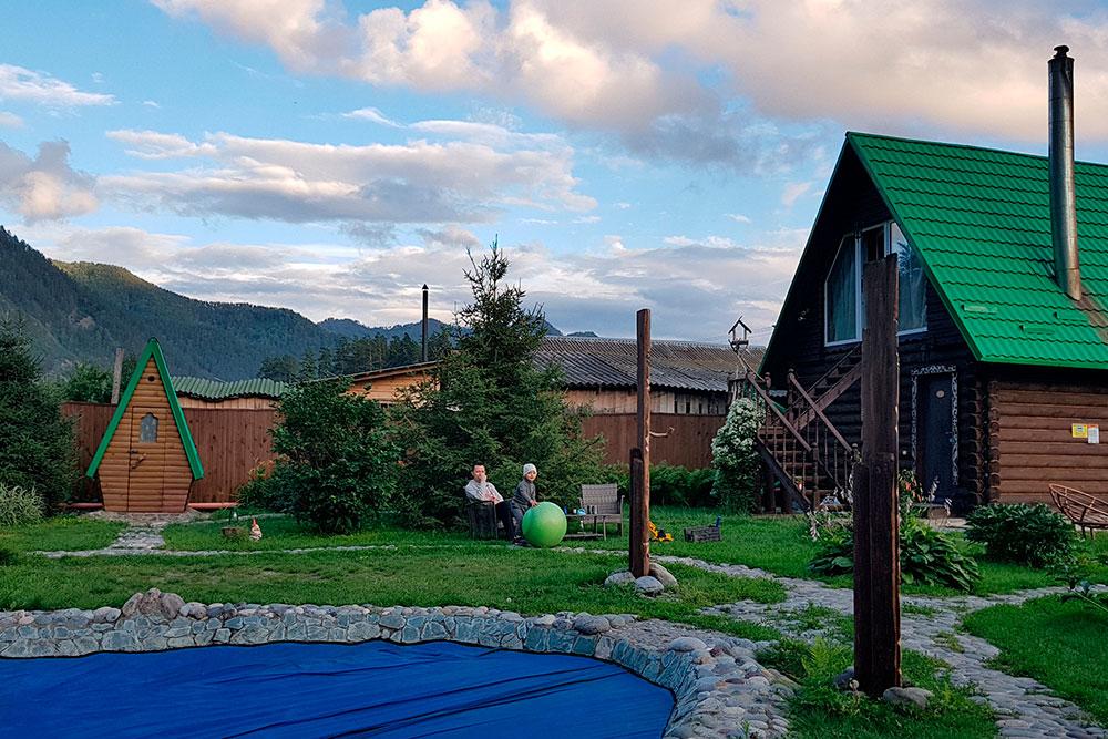 Территория гостевого дома «Тандалай», бассейн затянут пленкой. Но я в любом случае вряд ли стала бы там плавать: в конце июня было еще слишком прохладно, уверена, что вода не нагревалась бы даже к вечеру