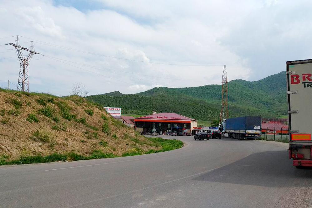 Сразу за армянской границей есть несколько небольших кафе и магазины. Обед на двоих в таком кафе стоил нам 2700 ֏ (378 рублей)