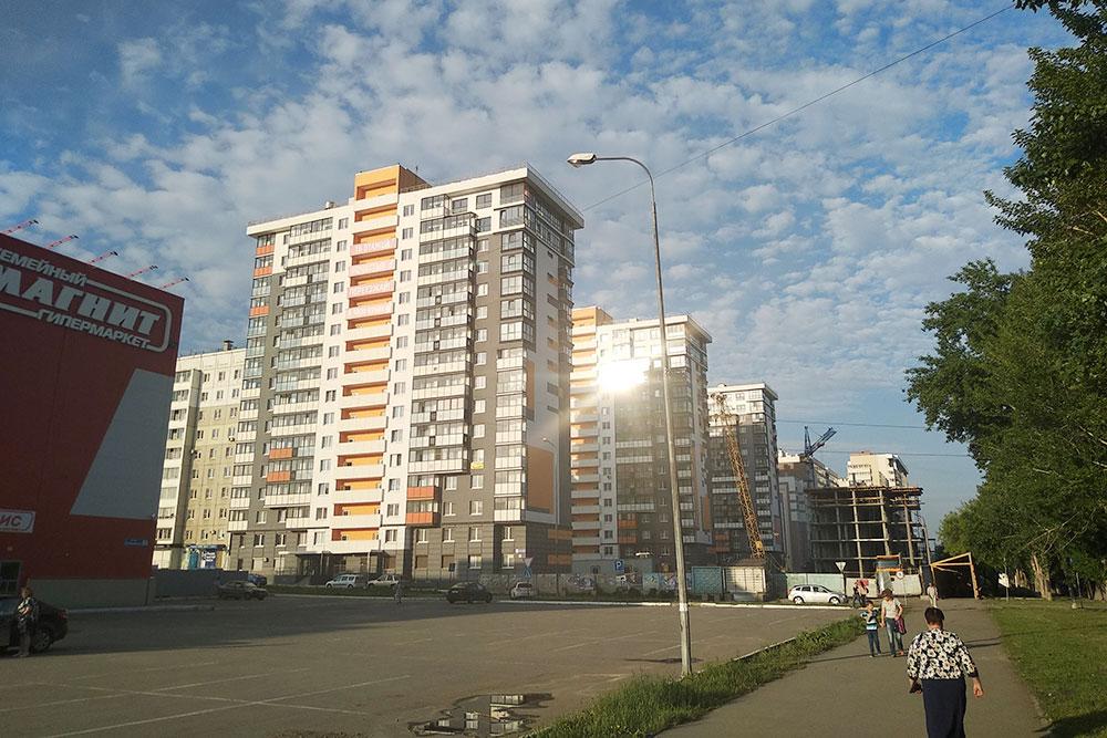 В этих домах риелторы продают квартиры без отделки по 42 тысячи за 1 м². Это не центр города, но расположение у них неплохое, до центра ехать 10 минут