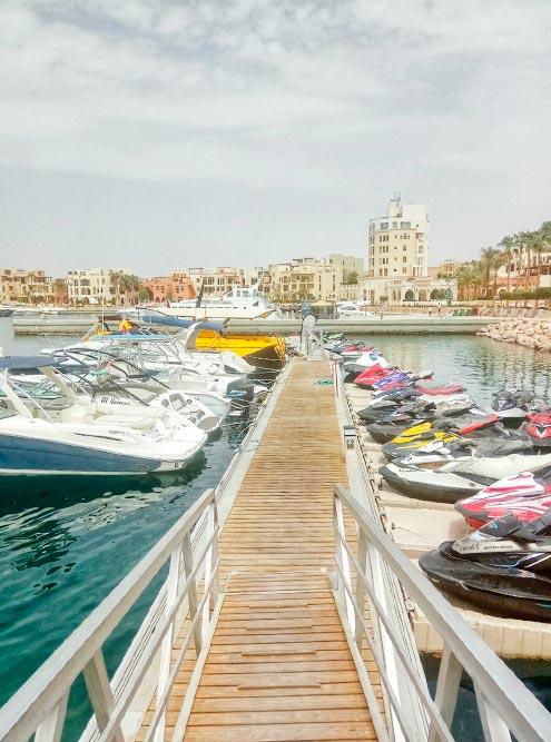 На первой береговой линии Тала Бей расположены лучшие отели с собственными пляжами. Еще есть причал с частными яхтами