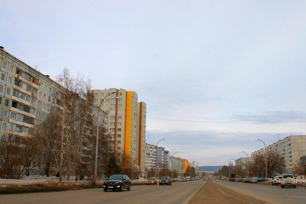 Типичный кемеровский квартал. Это одна из центральных улиц — проспект Ленина с домами, построенными с 1988 по 2018 год. Из-за разницы в архитектуре зданий квартал выглядит эклектично. Фото: Евгений Гореликов