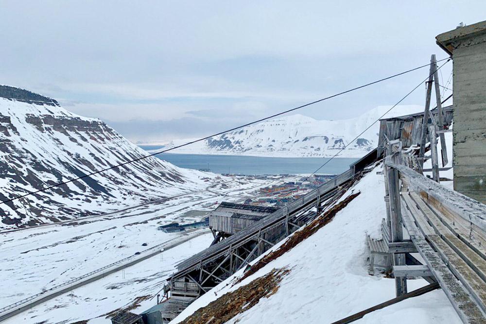 Вид на Лонгйир с заброшенной угольной шахты. Вход внутрь запрещен