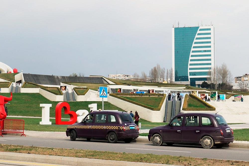 Такси-баклажан — один из символов Баку